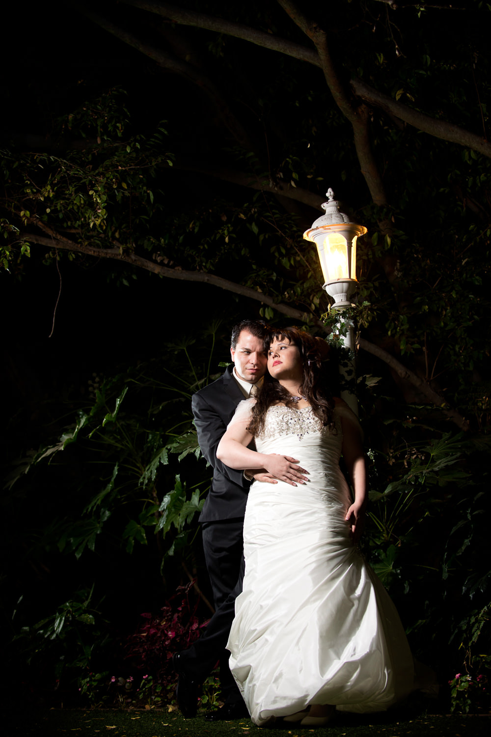 f27-photography-ventura-county-somis-hartley-botanica-wedding-bride-and-groom-next-to-lamp-post