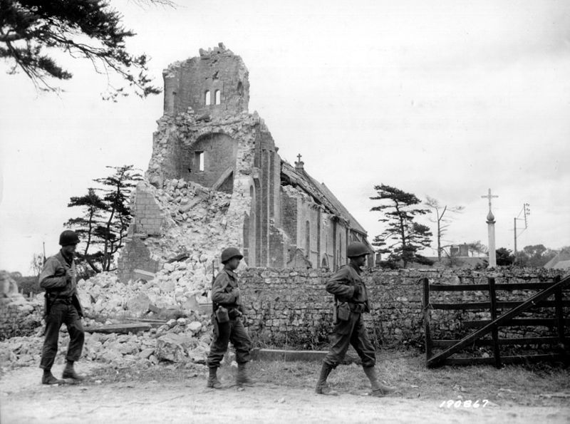 800px-Collevillesurmer_eglise_1944