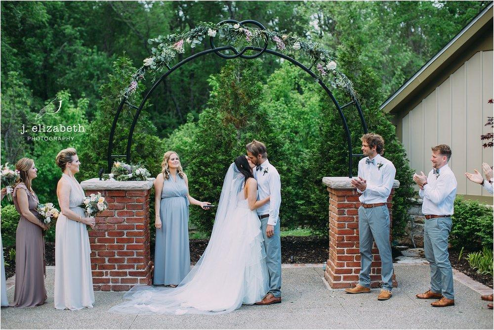 St Louis wedding first kiss