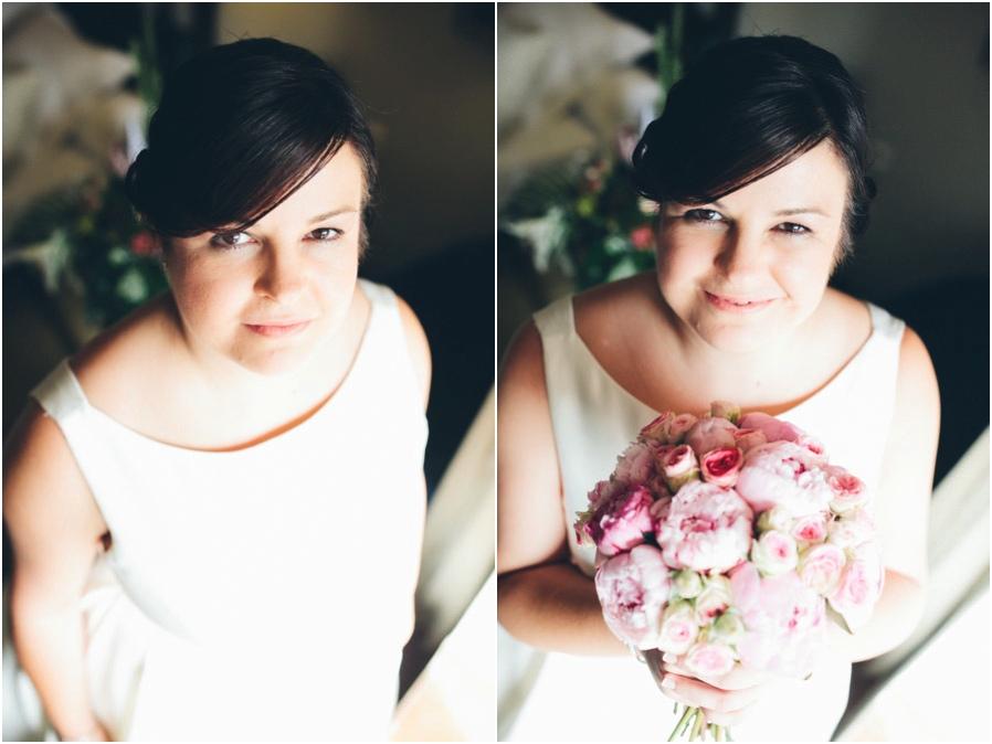 Vestido de corte sencillo y ramo de flores de color rosa era lo que había elegido Mamen, muy acertadamente.