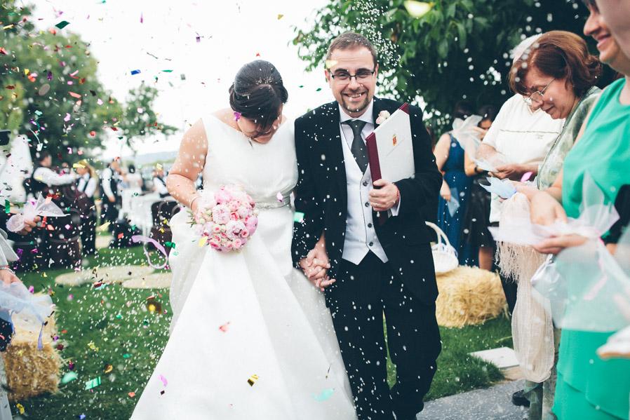 La expresión de alegría de Paco sosteniendo los documentos de boda recién firmados no tiene precio.