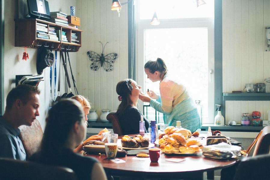 Café, comida y maquillaje.