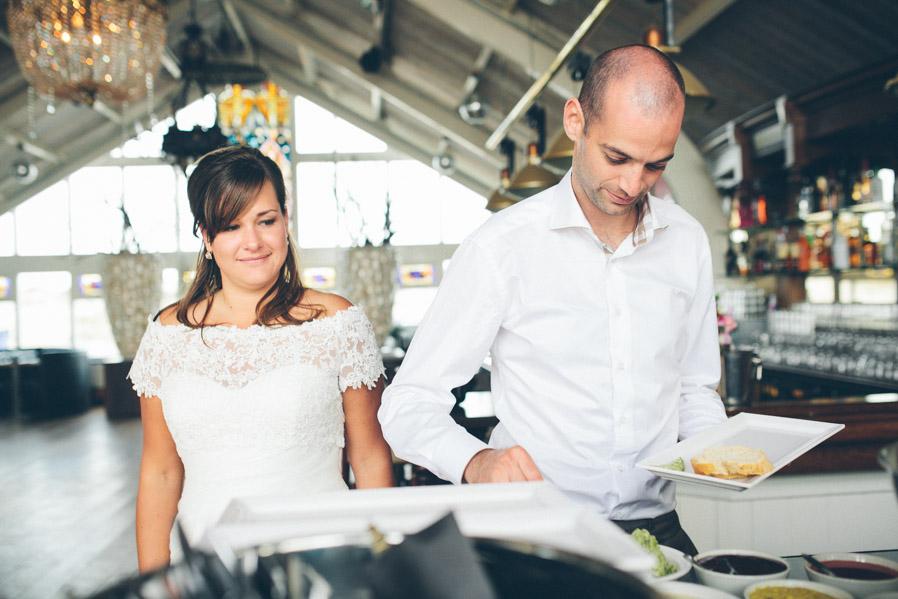 Cada uno se sirve lo que quiere, pero los primeros en montar su plato son los novios.