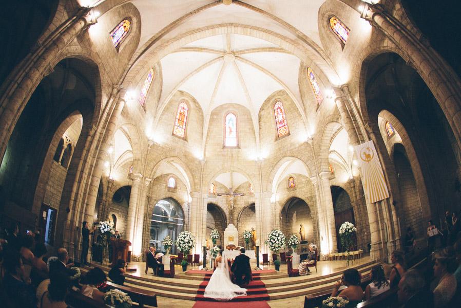 La iglesia no tiene mucha luz, pero al menos hay espacio y libertad para que los fotógrafos nos podamos mover.