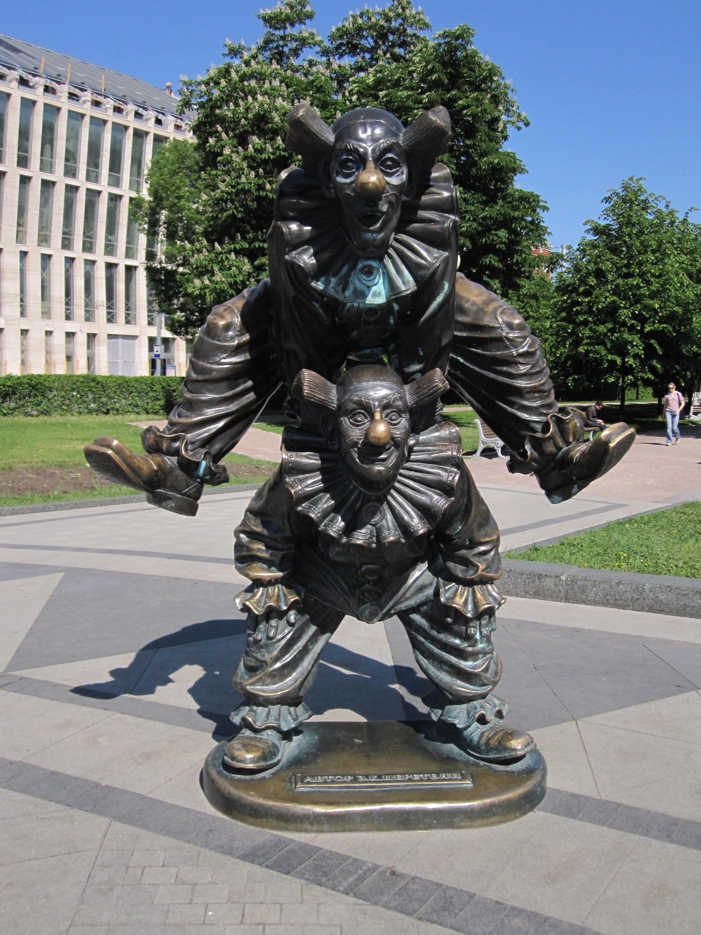 clown-sculptures-on-tsvetnoi-bulvar