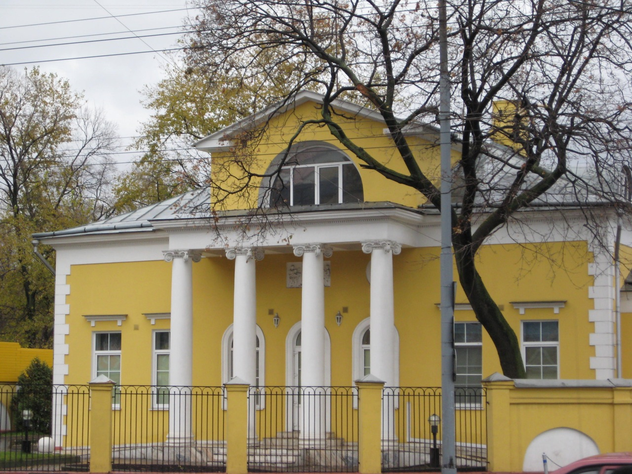 restored-empire-style-mansion-on-ostozhenka