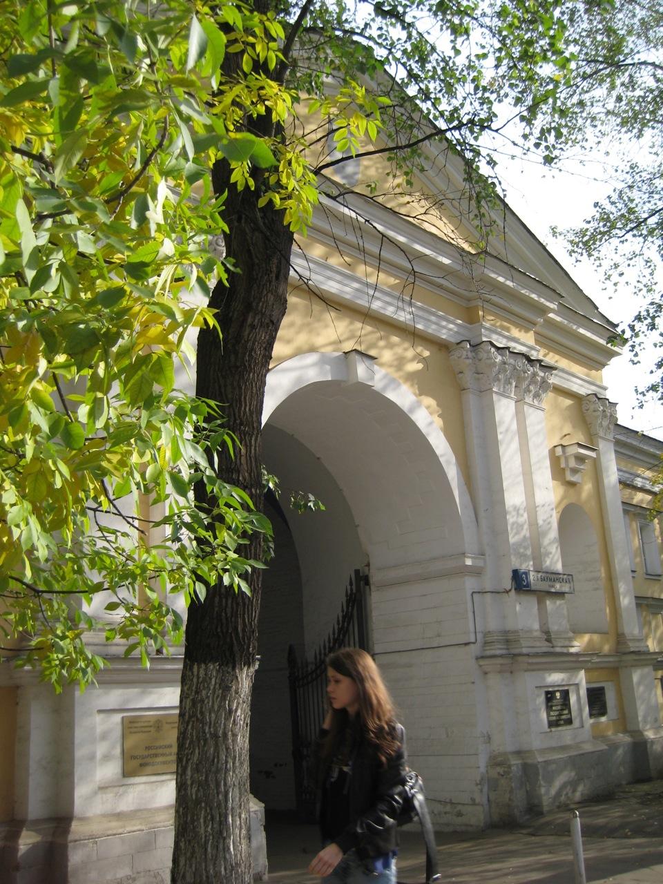 entrance-to-leforts-palace-in-lefortovo