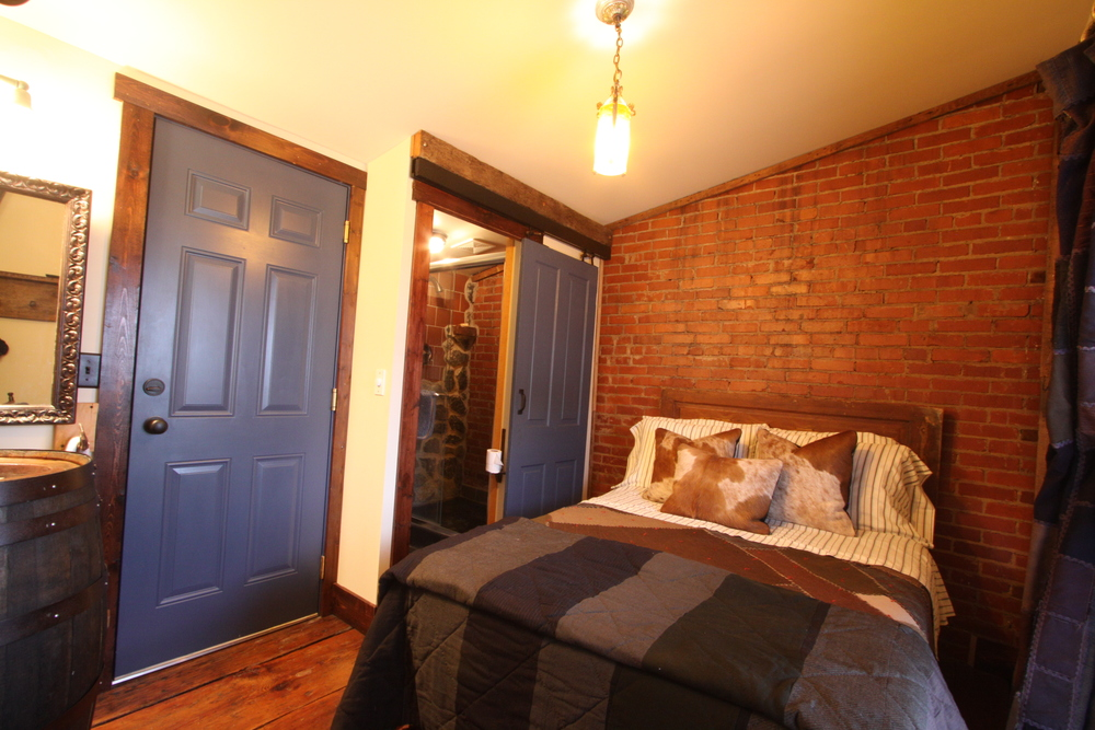 Elk Creek: Did We Say Cozy? Double Bed With Private Bath.