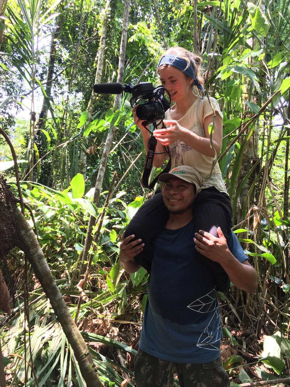 """Režissöör Piibele teeb """"statiivi"""" meie hea sõber ja teejuht Darwin. Foto: Kaidi Reinu / Amazonas Reisid"""
