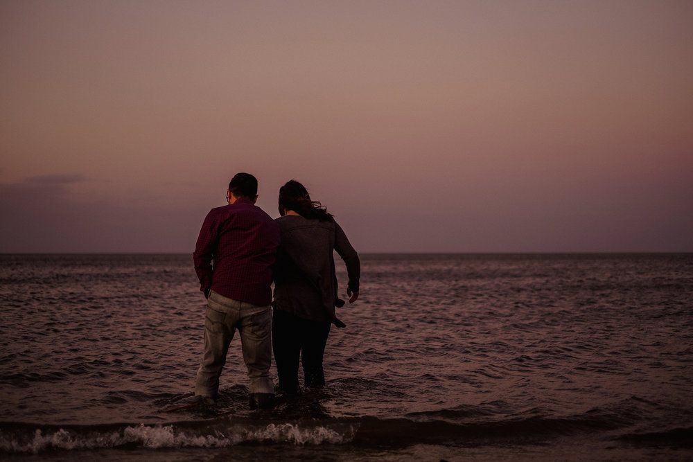 0022-gimli-manitoba-lake-beach-engagement-photographer-daniela-steven.jpg