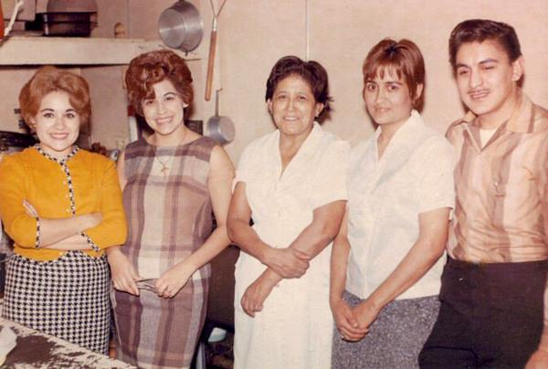 mama y mis tios con abuelita.JPG
