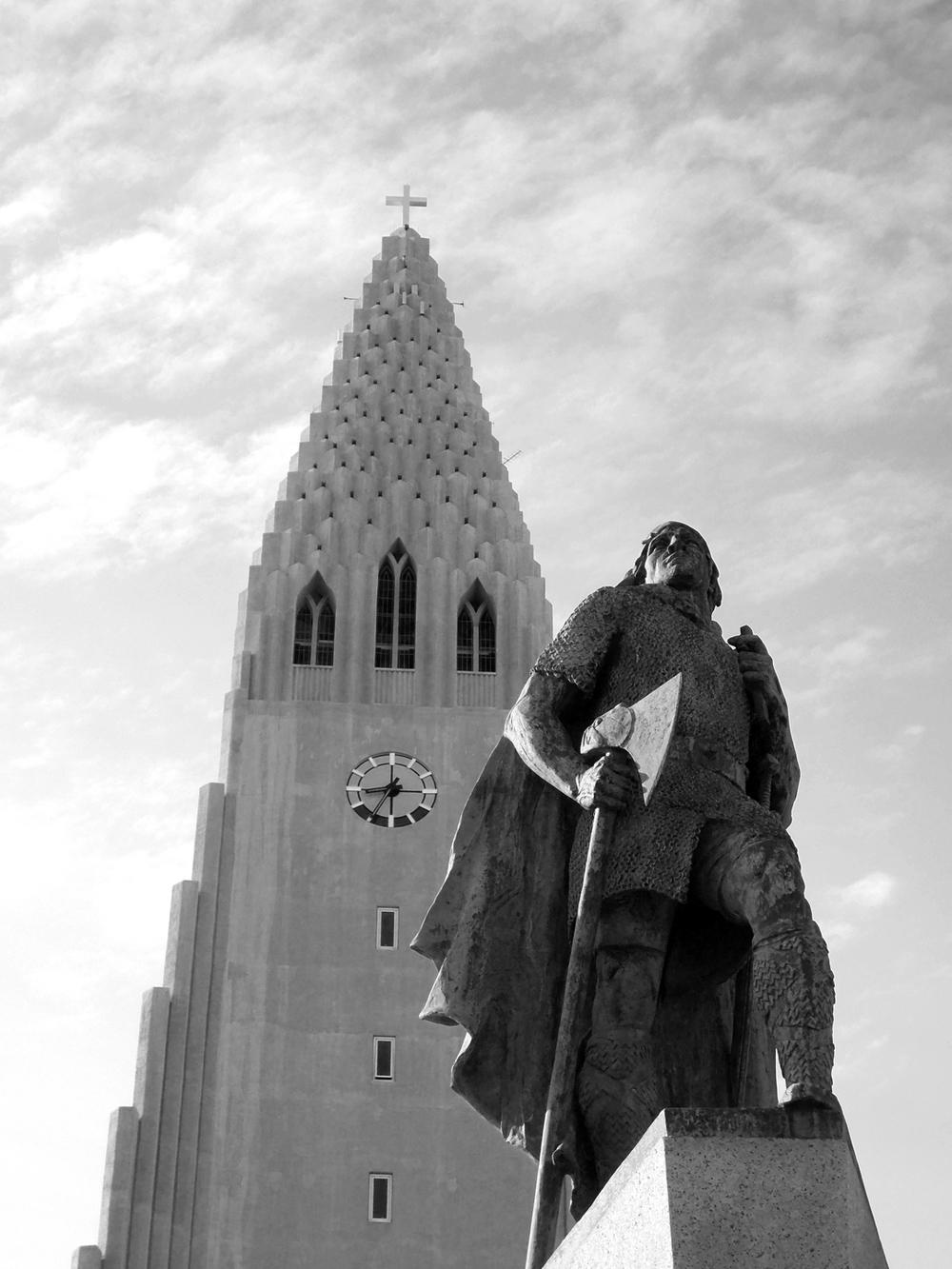 Leif Erikson statue and the Hallgrimskirkja, Reykjavik June 2013