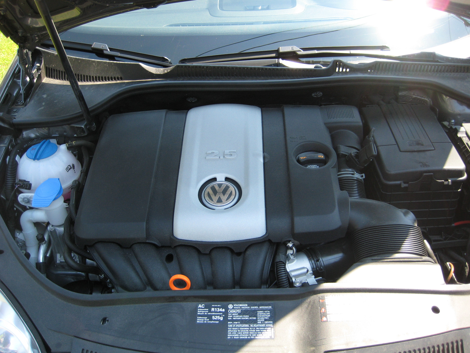Golf engine bay with 2.5L 5-cylinder engine