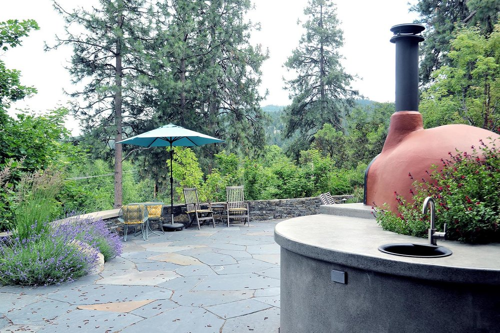 Flagstone Patio with Wood Fired Pizza Oven and Sink