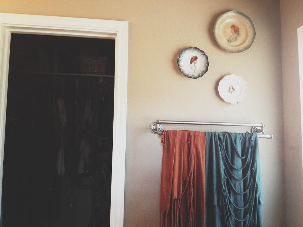 bathroom wall with china plates.JPG