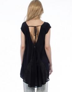 Ασύμμετρη μπλούζα με άνοιγμα στην πλάτη  54,90€