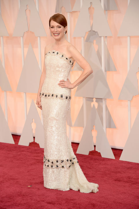 JULIANNE MOORE in WHITE SEQUIN CHANEL HAUTE COUTURE GOWN WITH FLORAL EMBROIDERY