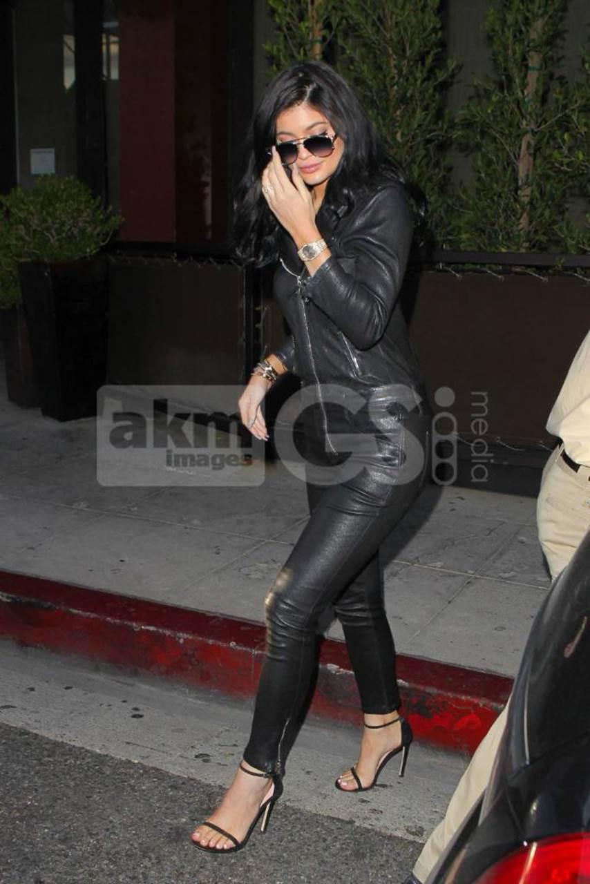 Kylie Jenner in Stuart Weitzman (2).jpg