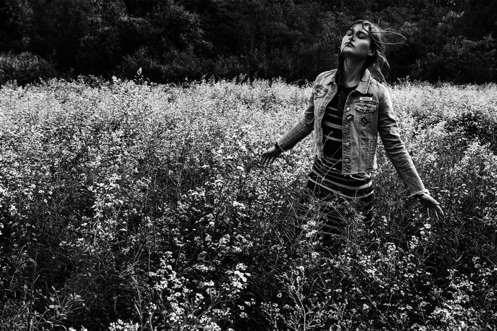 Stradivarius_Chloe_in_the_woods (5).jpg