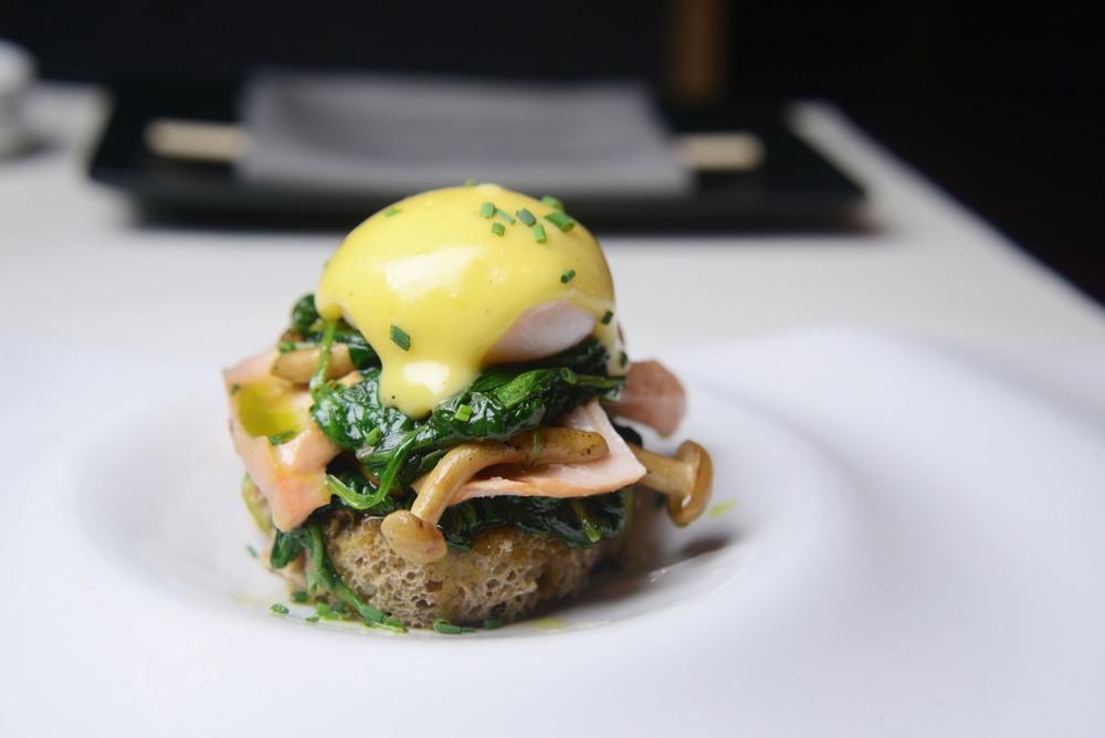 Αυγά Μπένεντικτ με σπανάκι και σολομό σιγοβρασμένο σε miso.jpg