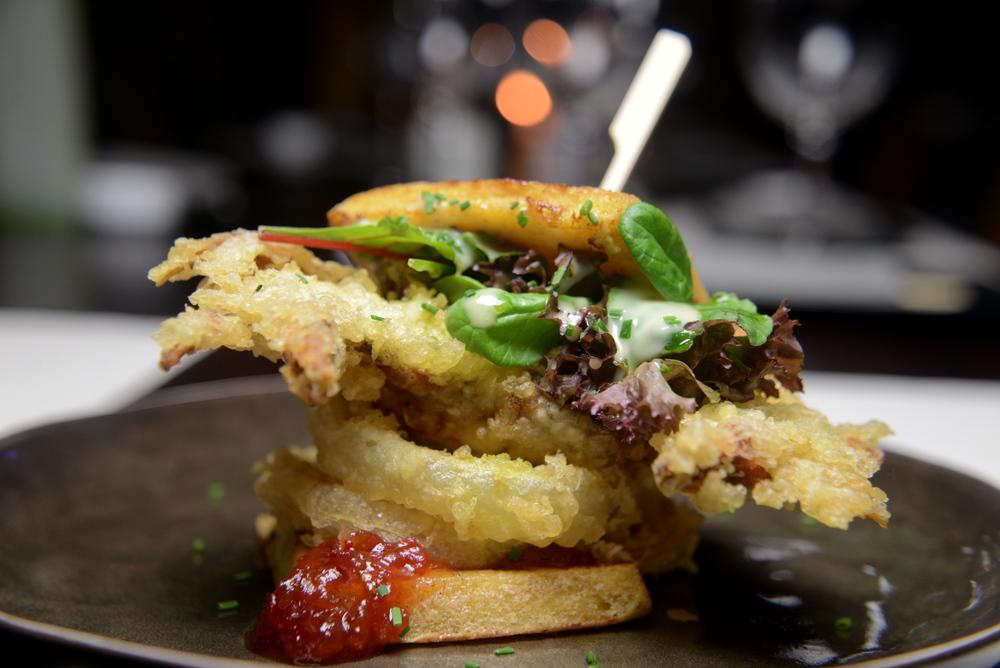 Sandwich καβουριού με onion rings και μαρμελάδα τομάτας τσίλι.JPG