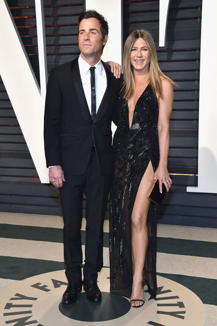 Justin Theroux And Jennifer Aniston Jennifer Anniston in Atelier Versace alongside husband JustinTheroux at the 2017 Vanity Fair Oscar Party.  Photo by Getty Images