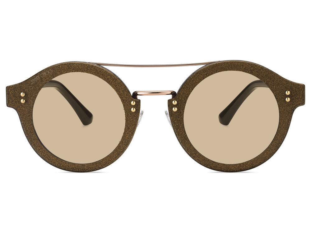 Τα γυαλιά ηλίου «MONTIE»: ύφασμα κρυστάλλων - Τα γυαλιά ηλίου «JEM»: αστραφτερή εμφάνισηΑυτή η στρογγυλή φόρμα είναι αποτέλεσμα κορυφαίας καινοτομίας και κατασκευαστικής αρτιότητας. Ένας μεταλλικός σκελετός, τονισμένος από κρύσταλλα Swarovski κάθετης κοπής τα οποία ενσωματώθηκαν μέσα σε διαφανείς στρώσεις Optyl, δημιουργούν ένα κομψό και σύγχρονο τρισδιάστατο εφέ.Το μοντέλο αυτό κυκλοφορεί σε γαλακτερό γκρι με γκρι καθρεπτέ φακούς, διάφανο χρυσό με σκούρους φακούς και διάφανο μαυρισμένο ασημί με καφέ ντεγκραντέ φακούς.Τα γυαλιά ηλίου «MONTIE»: ύφασμα κρυστάλλωνΤο ύφασμα κρυστάλλων έχει γίνει συνώνυμο της χαρακτηριστικής υπογραφής της συλλογής γυαλιών Jimmy Choo. Τα γυαλιά MONTIE αποτελούν μια καινοτόμο επαναπροσέγγιση αυτού του υλικού, το οποίο έχει ενσωματωθεί ανάμεσα από στρώσεις ασετάτ σε ένα κομψό αποτέλεσμα. Η μεταλλική διπλή γέφυρα και οι εξαιρετικά επίπεδοι στρογγυλοί φακού ενισχύουν την σύγχρονη αίσθηση που αποπνέει αυτό το μοντέλο.Η χρωματική παλέτα συνδυάζει διακριτικές αποχρώσεις: γαλακτερό καφέ με καφέ φακούς, γαλακτερό διάφανο με ροζ φακούς, δαμασκηνί με ανοικτούς γκρι φακούς, σκούρο γκρι με καφέ ή πράσινους φακούς, γαλακτερό γκρι με γκρι φακούς.