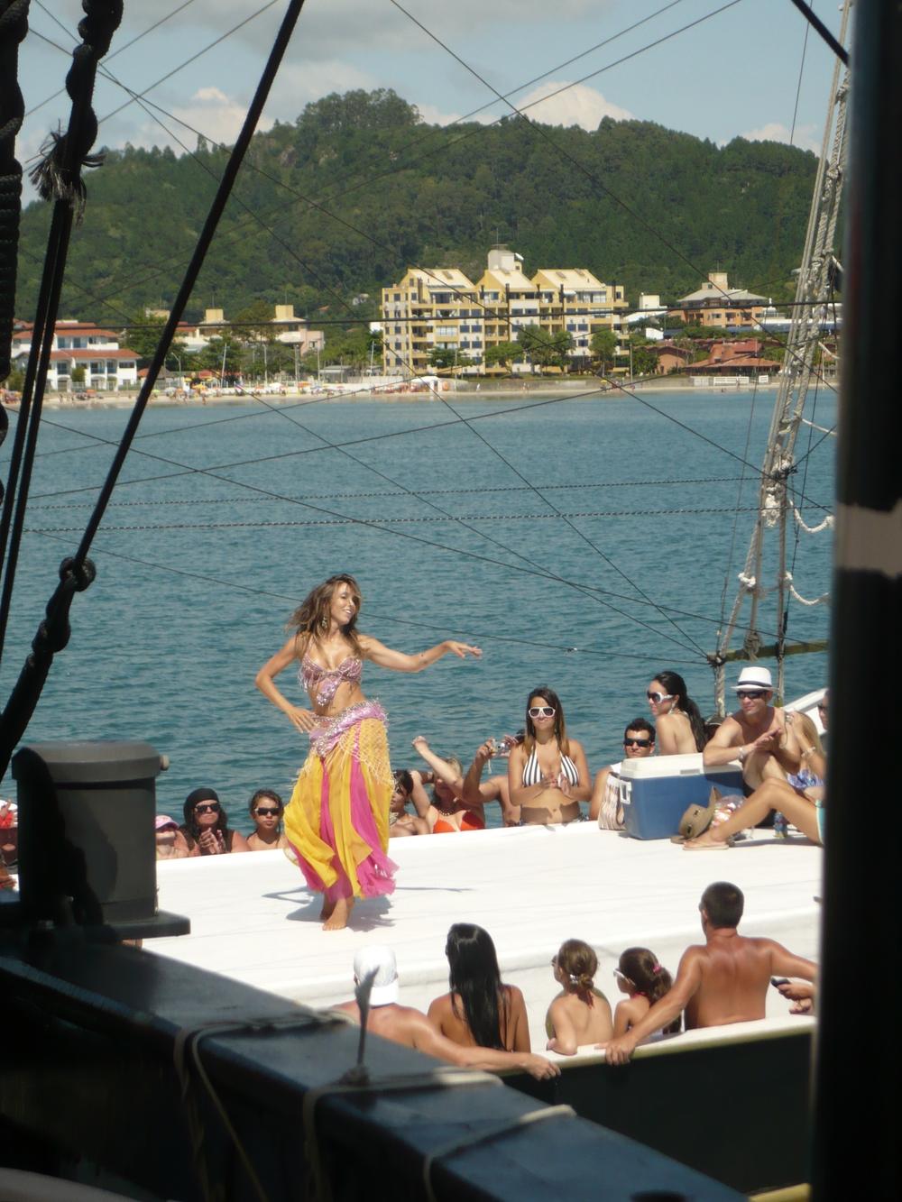 Apresentação de dança a bordo da escuna