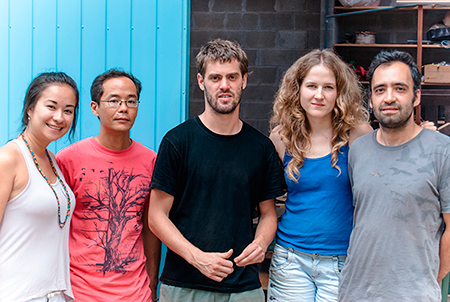 Lu Mori – curadora do blog Ateliê Criativo – e os membros do Xilocoletivo: Kota, Gabriel, Fernanda e Flávio.