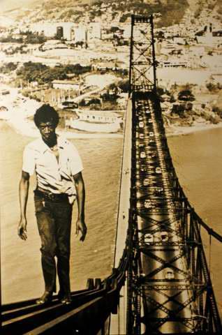 """""""Equilibrista da Ponte Hercílio Luz"""" , Lourival Bento, 1975."""