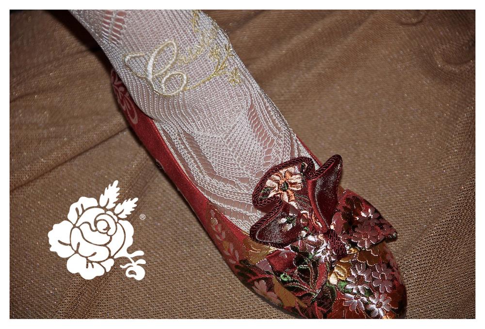 Calcetin bordado con nombre y zapato de salon con adorno que hemos confeccionado en el mismto tejido del traje