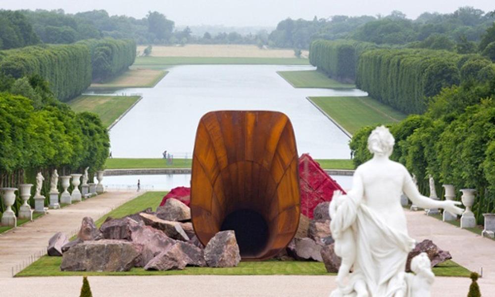 """Anish Kapoor, """"Dirty Corner"""" (2011-2015) Château de Versailles. (Photograph: Fabrice Seixas/KapoorStudio)"""