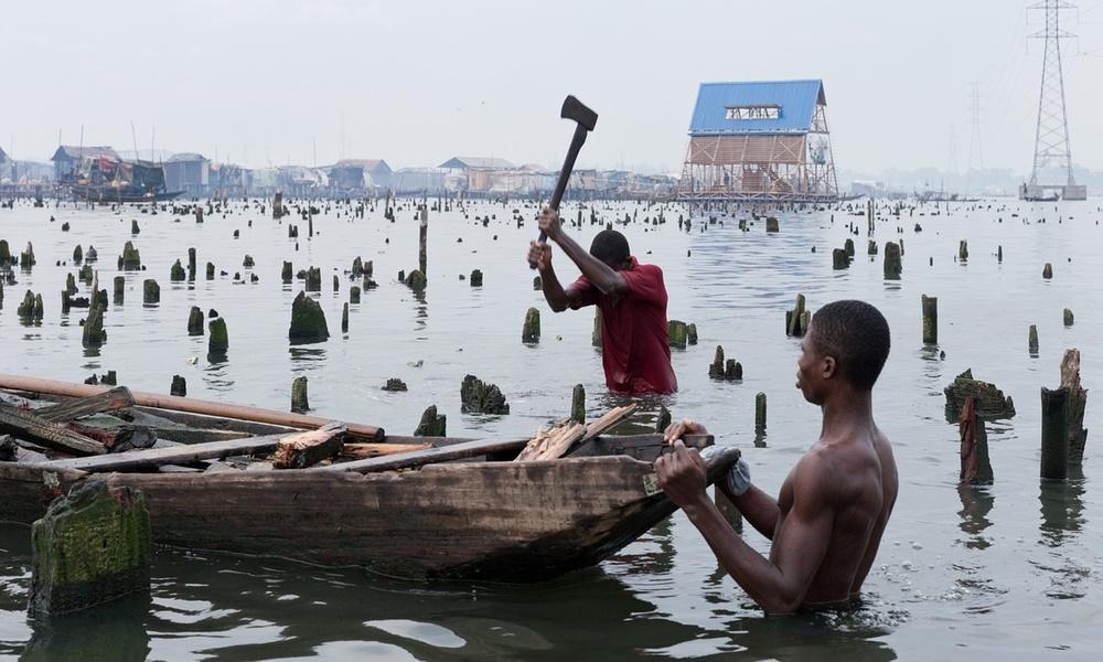 Vivre et travailler à Makoko. En arrière-fond, l'école. Photo : Iwan Baan