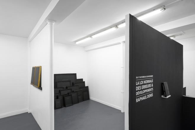 Raphaël Denis, Vernichtet, 2015 Installation, cadres anciens brûlés, graphite sur mdf —Courtesy of the artist & Galerie Sator, Paris