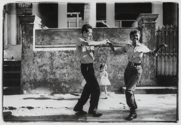 Agnès Varda, Cuba [Cha-cha-cha dansé par des membres de l'ICAIC dont Sarita Gómez en tenue de militaire], 1963