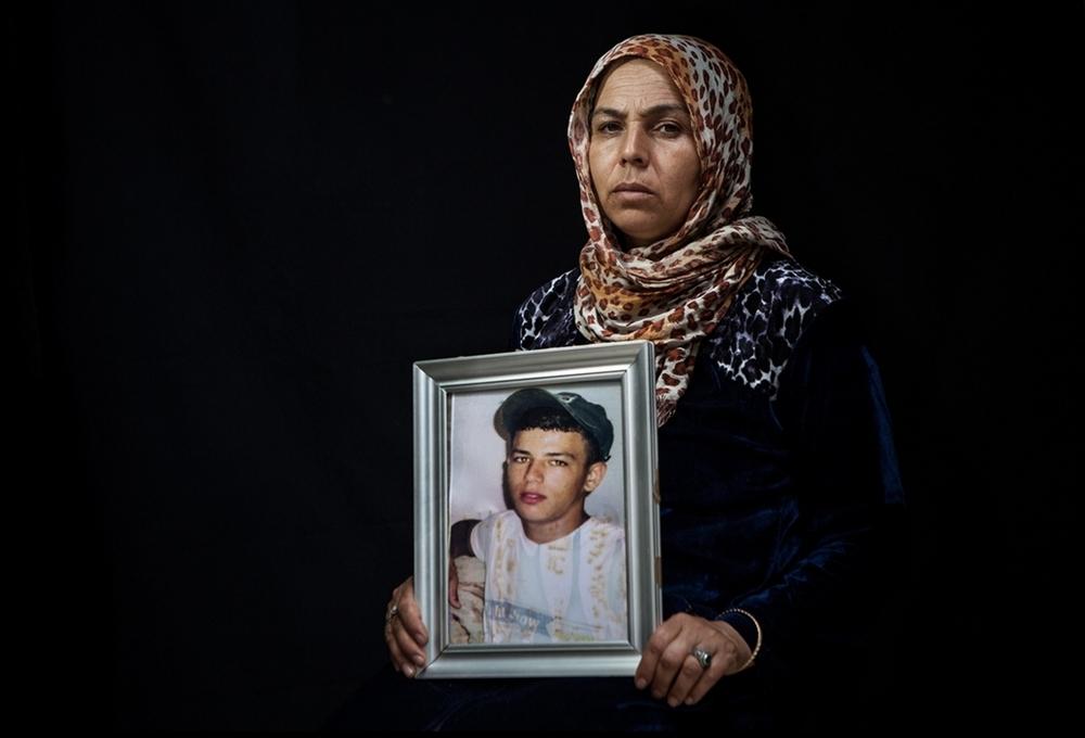 Mbarka Rhimi est la mère de Arbi Ferchichi, un jeune de 16 ans ayant quitté la Tunisie le 29 mars 2011 depuis les rives sfaxiennes de Sidi Mansour. La vulnérabilité psychologique de cette mère, confrontée à la disparition de son fils, s'accentue quand son autre fils, âgé de 15 ans, parle de son envie de rejoindre l'Italie. Crédit image : Aymen Omrani.