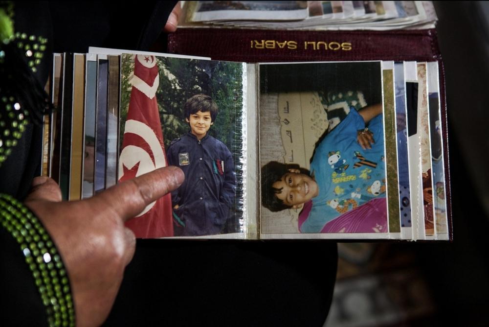 Latifa Chouikh recherche toujours son fils, Sabri Souli, disparu le 29 mars 2011. Elle passe ses journées à prendre soin de sa fille ainée, chez elle à Hammam Lif. Crédit image : Aymen Omrani