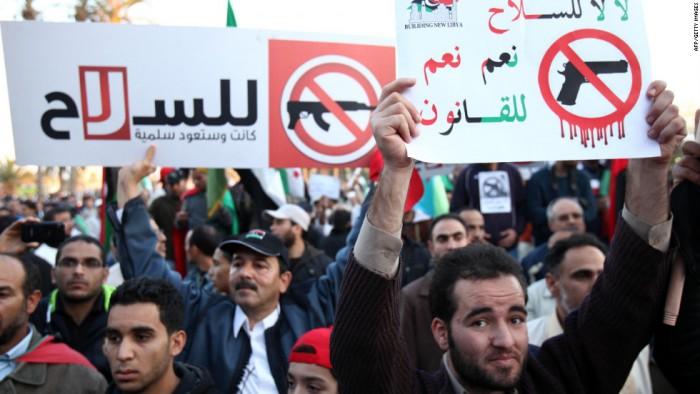 """Place des Martyrs, Tripoli, décembre 2011 : """"Non, non aux armes, Oui, oui à la loi"""""""