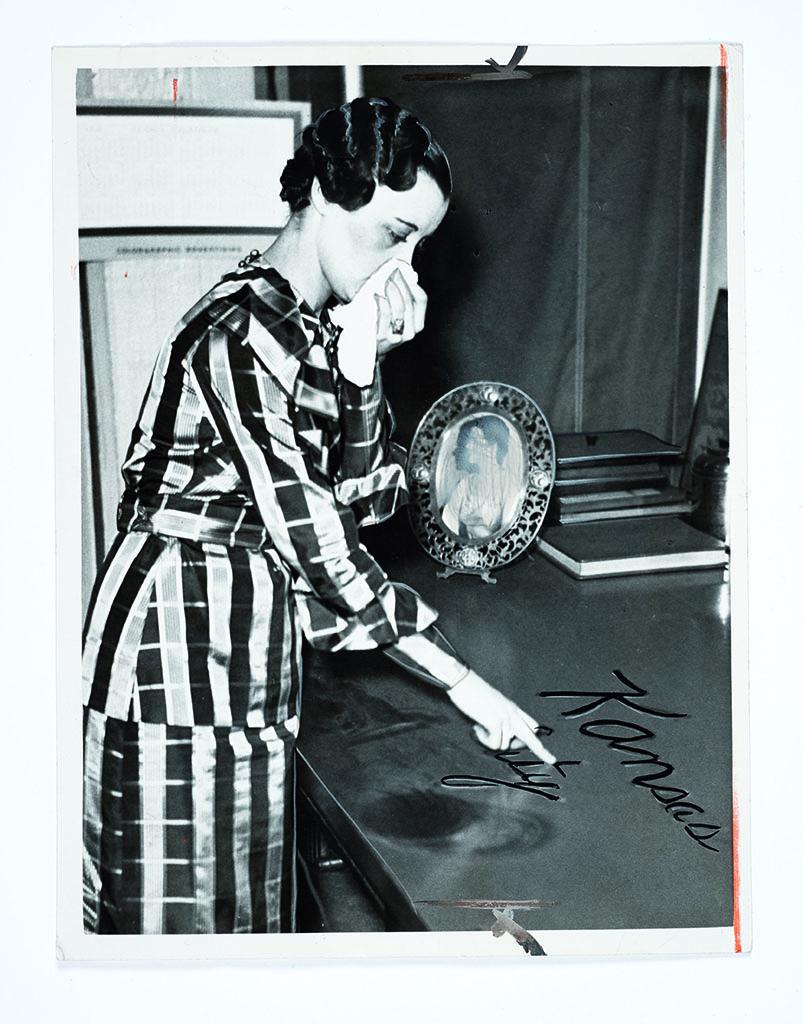Femme écrivant dans la poussière photographe inconnu