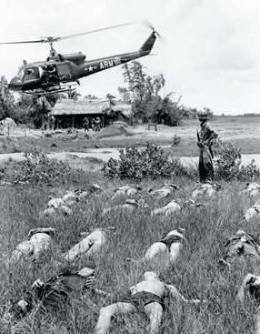Rolling Thunder : un hélico US survole des cadavres de guérilléros Viet Cong près du village de Tan Phu . AP