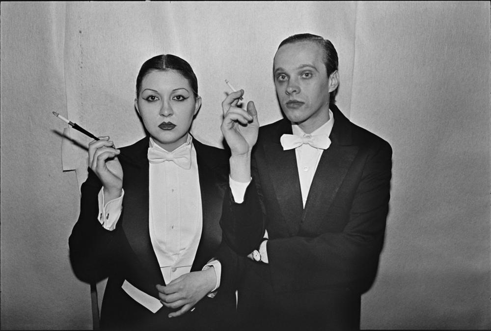 """""""L'une des premières photos que j'ai prises au Studio 54. Ce couple me rappelait une image de cabaret d'avant-guerre à Berlin. J'ai gardé cette image en tête tout au long du projet """"Disco"""" . Ce sont les gens que je trouvais le plus intrigants, ceux qui avaient une tout autre vie la nuit, où ils exprimaient tout leur caractère. Ce sont les Poseurs. Les Poseurs, qui regardent les autres Poseurs les regarder...""""- Bill Bernstein (Photo: Bill Bernstein / Reel Art Press)."""