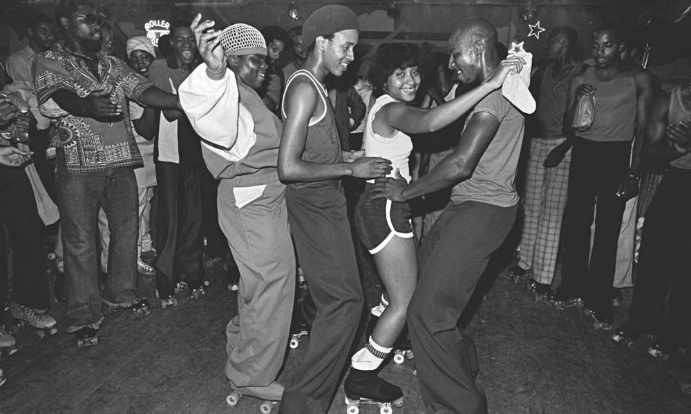 """""""The Roller Skating Rink Empire à Crown Heights, Brooklyn a ouvert en 1941 et a finalement fermé ses portes en 2007. Il fut converti en un roller disco dans les années 70, etl'orgue de la patinoire a été remplacé par un système de sonorisation et une cabine de DJ. Empire attirait généralement une foule afro-américaine, mais les meilleurs patineurs de toutes les races et de toutes croyances sont également venus. C'était un bon endroit pour prendre des photos pleines de bonnes  vibes """"-Bill Bernstein (Photo: Bill Bernstein / Reel Art Press).."""