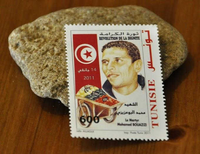 """Un timbre postal commémorant la """"révolution de la dignité"""" et le """"Chahid"""" Mohamed Bouazizi."""