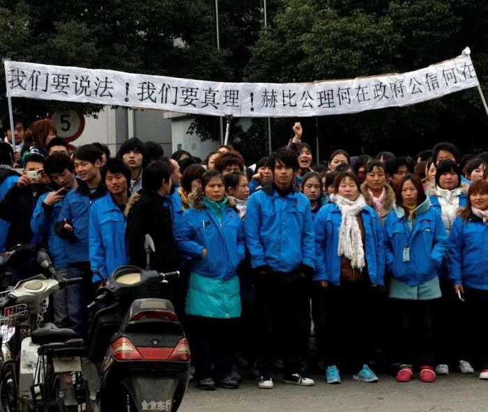 Ouvrières et ouvriers de l'usine Hi-P de Shanghai en grève, décembre 2011 Photo AP/Sipa