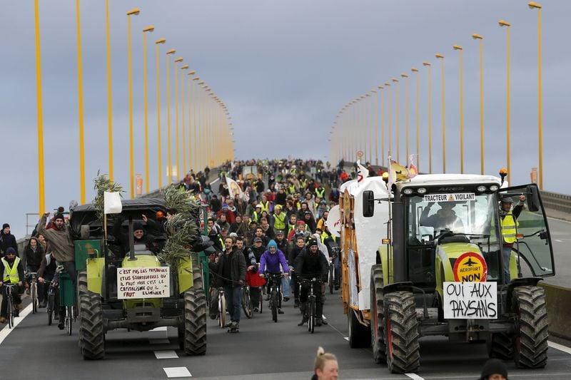 Quelque 7.200 marcheurs, 1.600 cyclistes et 350 tracteurs, selon la police, 20.000 manifestants et 400 tracteurs selon les organisateurs, ont défilé samedi 09 janvier sur le périphérique de Nantes pour s'opposer à la construction de l'aéroport de Notre Dame des Landes.