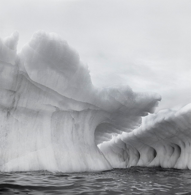 Lynn Davis, Iceberg XII, Disko Bay, Greenland, 2004 Tirage argentique agrandi monté sur carton d'archive, 71,1 ×71,1 cm © Lynn Davis, Courtesy Galerie Karsten Greve Köln, Paris, St Moritz