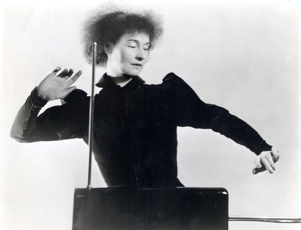 Lucie Rosen jouant du Theremine