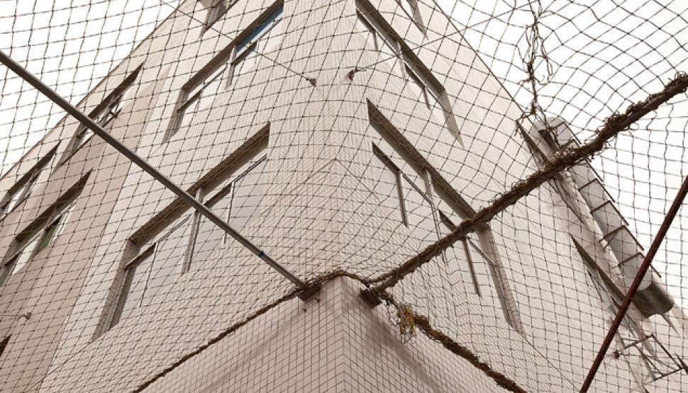 Foxconn se soucie de la sécurité des travailleurs, la preuve : c'est la seule compagnie du monde qui se soucie d'installer des filets anti-suicide autour de ses dortoirs et ateliers.