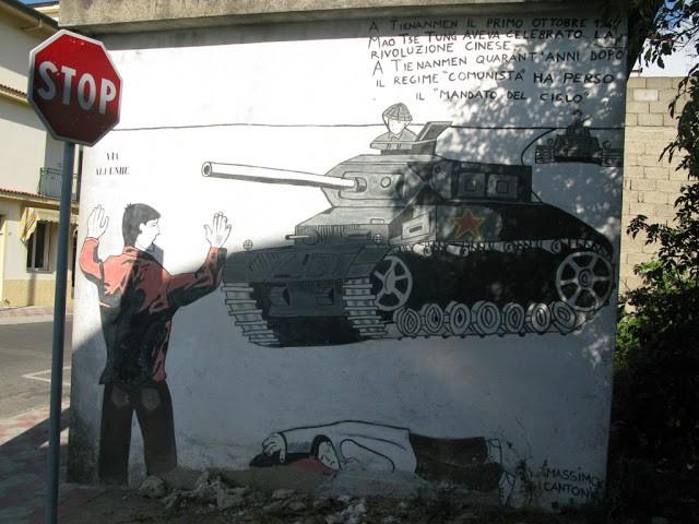 Mural sur la répression de la place Tienanmen dans la rue Salvador Allende à Orgosolo en Sardaigne.