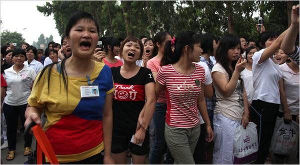 Ouvrières de l'usine Honda de Zhongshan en grève, juin 2010. Photo Ariana Lindquist pour The New York Times.